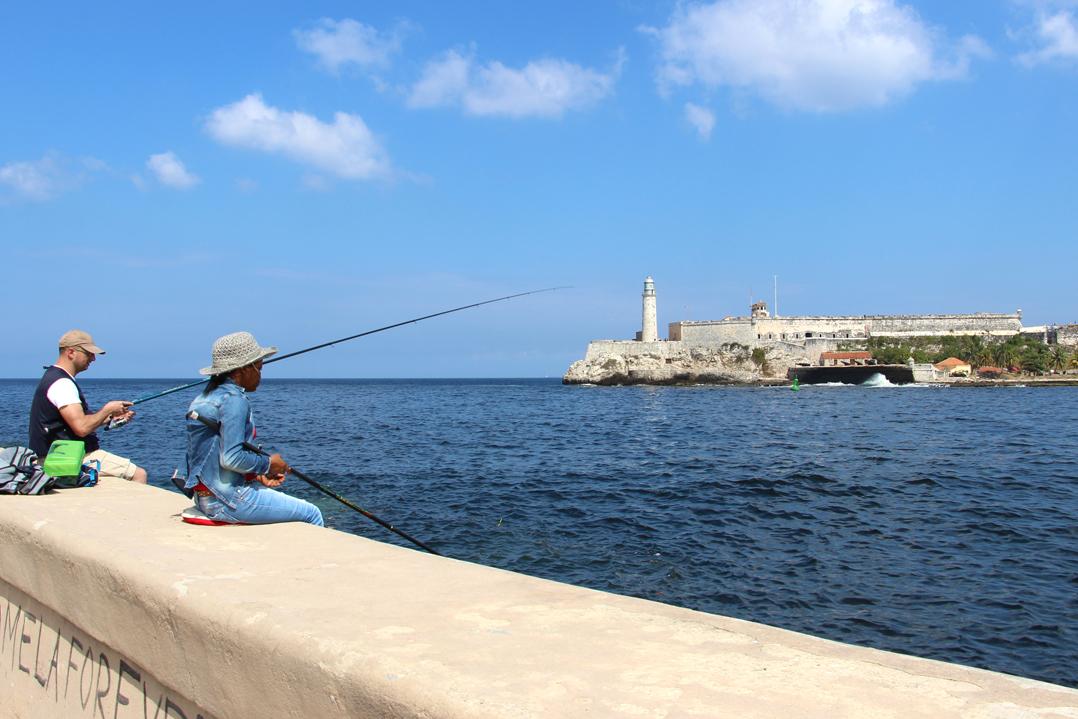 Fischer mit Blick auf das Castillo de los Tres Reyes del Morro