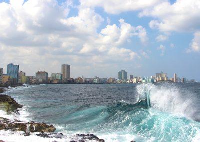 Das stürmische Meer prallt an den Malecon!