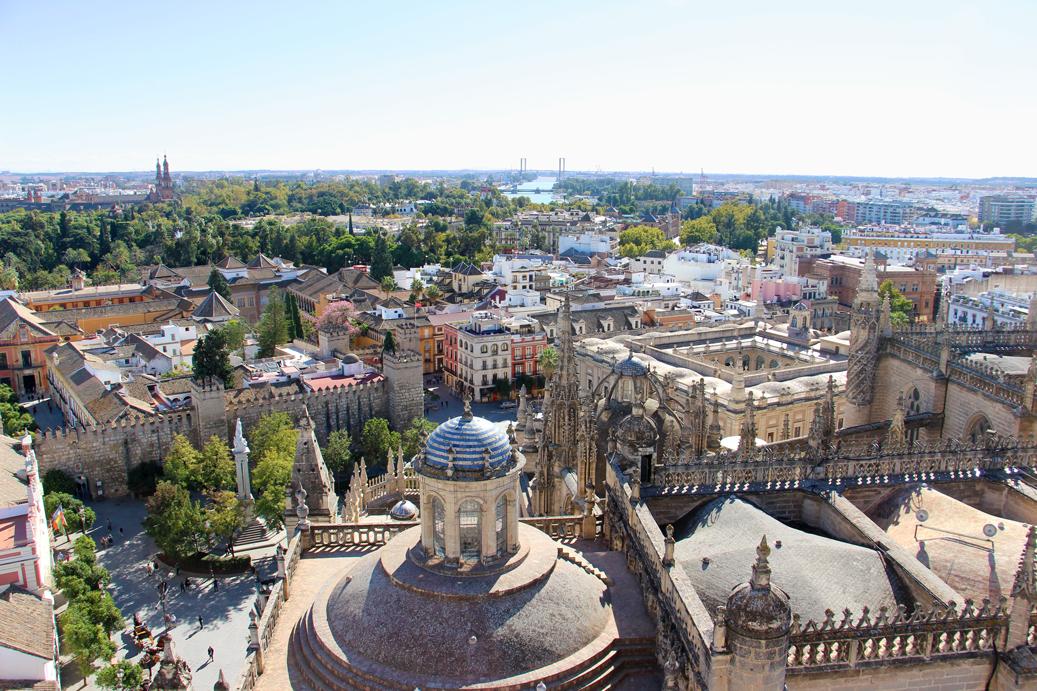 Auf dem Dach der Kathedrale von Sevilla unterwegs