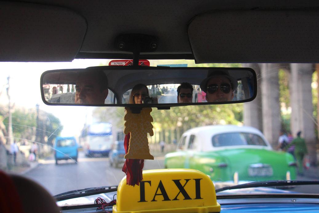 Im Oldtimer-Taxi unterwegs durch Havanna