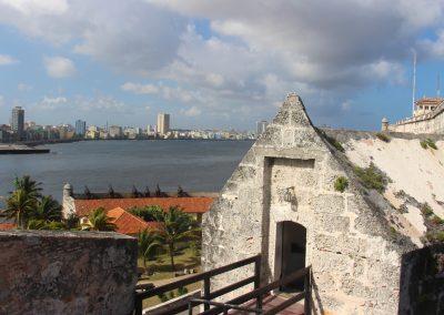Eingang Castillo de los Tres Reyes del Morro mit Blick auf die Skyline von Havanna