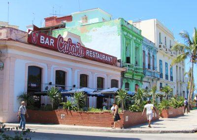 Die farbenprächtigen Häuser findest du in ganz Kuba