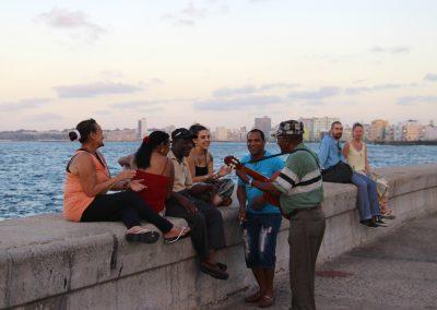 Einfach dazusetzen und der Musik lauschen – den Tag am Malecon ausklingen lassen