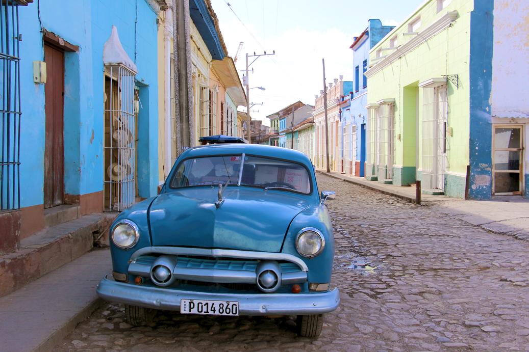 Die bunten Oldtimer findet man in ganz Kuba.