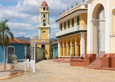 """Am Hauptplatz von Trinidad, mit Blick auf den Turm des """"Museo de Historia Municipal"""" und das """"Museo Romántico"""""""