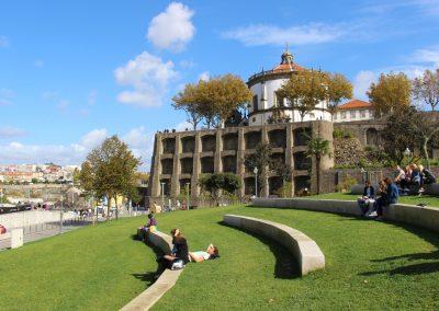 Blick auf das Mosteiro da Serra do Pilar (Nonnenkloster)
