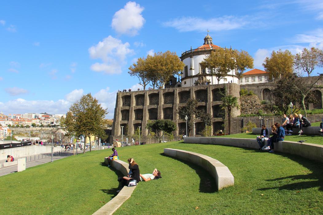 Im Park den Blick auf Porto genießen