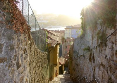 In den Gassen von Porto bei Sonnenuntergang