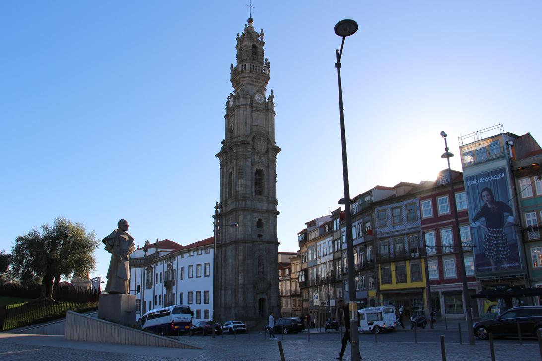 Torre dos Clérigos das Wahrzeichen von Porto