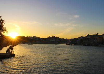 Der Douro und Porto bei Sonnenuntergang