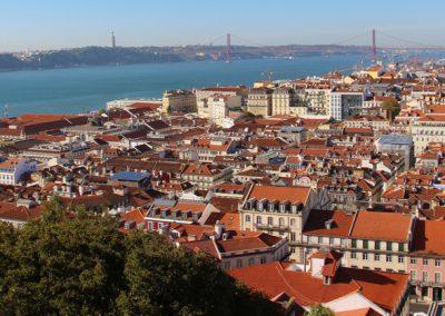 Ausblick vom Castelo de São Jorge auf die Unterstadt von Lissabon und den Fluss Tejo