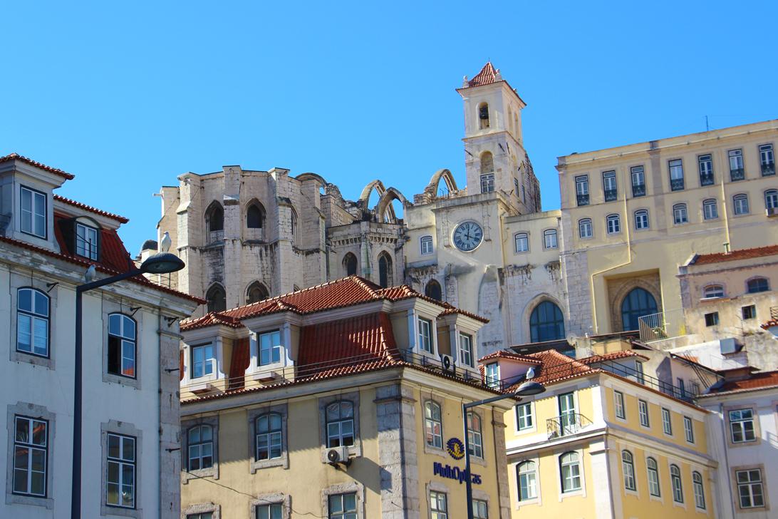 Die Dächer von Lissabon's und das ausgebrannte Convento do Carmo