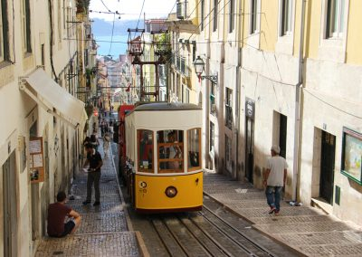 Ascensor da Bica ist eine der Seilbahnen von Lissabon, die das Mühsame erklimmen der Hügel einfacher machen!