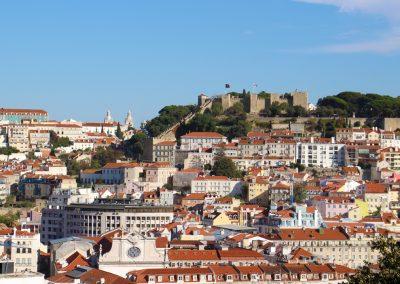 Hoch oben am Berg thront das Castelo de São Jorge