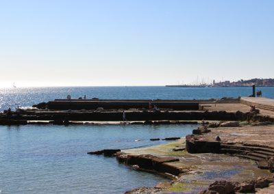Alte Anleger die als Badefläche dienen, in Estoril mit Blick auf Cascais.